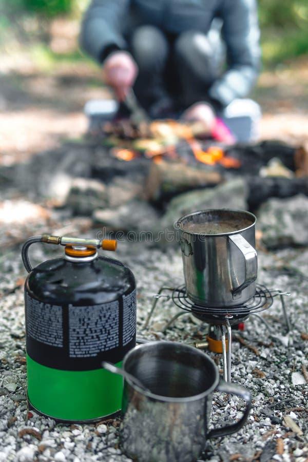 Estufa de gas, hornilla que acampa con el globo, foco selectivo Equipo para caminar acampando con una tienda, turistas imagen de archivo libre de regalías