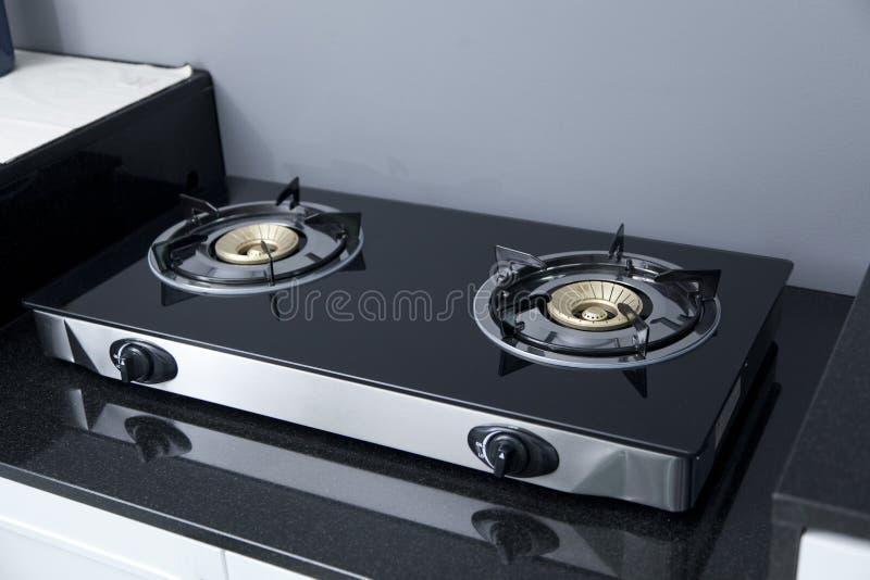 Estufa de gas moderna en la encimera en cocina casera moderna fotografía de archivo libre de regalías