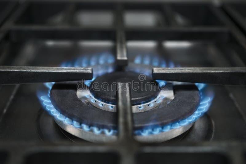 Estufa de gas que quema las llamas azules imagen de archivo