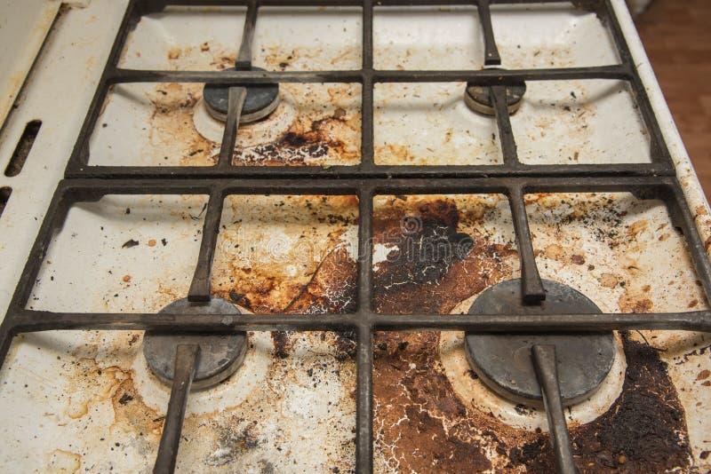 Estufa de gas sucia manchada mientras que cocina fotografía de archivo