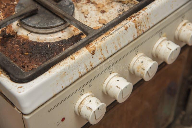 Estufa de gas sucia manchada mientras que cocina foto de archivo libre de regalías