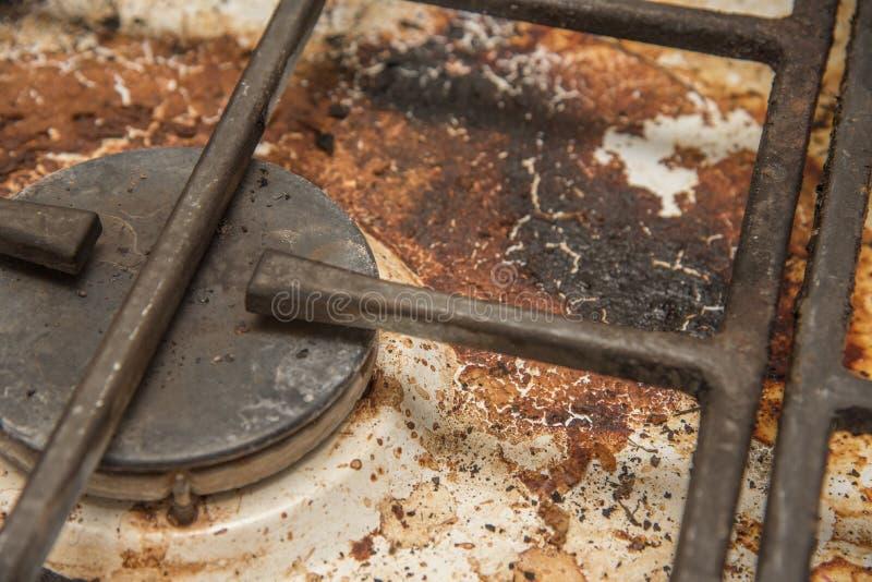 Estufa de gas sucia manchada mientras que cocina fotos de archivo libres de regalías