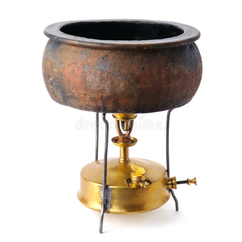 Estufa del keroseno y un pote de cerámica aislado en blanco imágenes de archivo libres de regalías