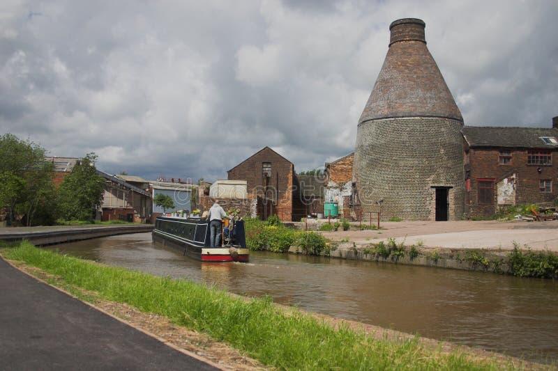 Estufa do frasco e canal - Inglaterra industrial foto de stock royalty free