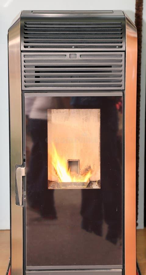 Estufa madera-ardiendo moderna para calentar la casa imagen de archivo