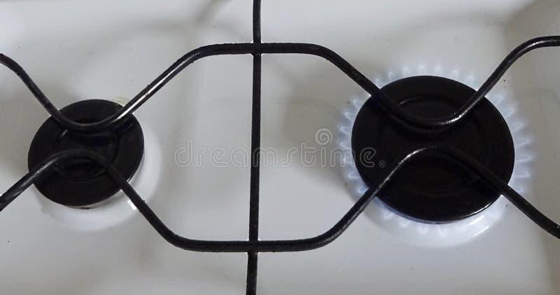 Estufa metal-gas de acero del color blanco para cocinar en los quemadores de gas del combustible dos del butano del propano del g foto de archivo libre de regalías