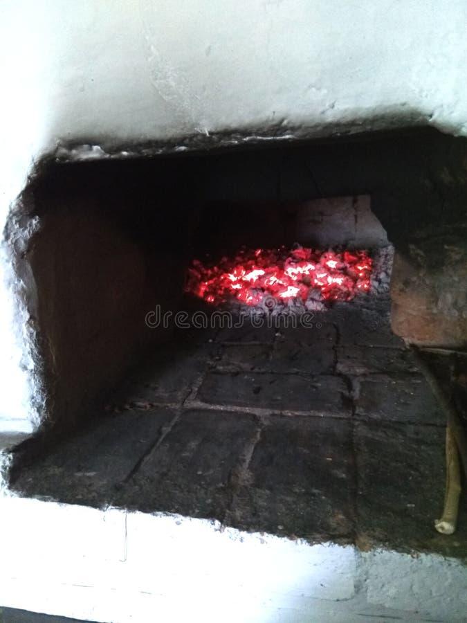 Estufa rusa con los carbones ardientes foto de archivo libre de regalías