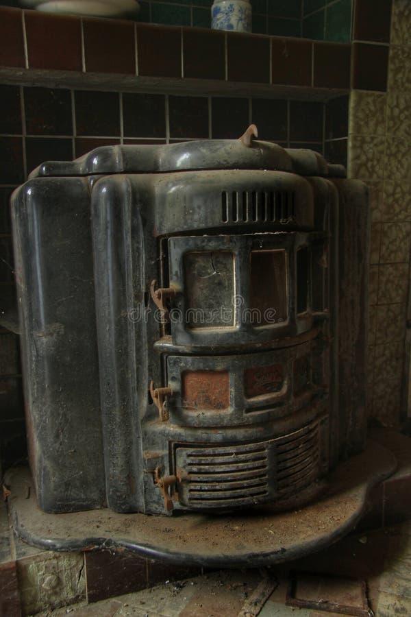 Estufa vieja en una casa abandonada fotos de archivo libres de regalías