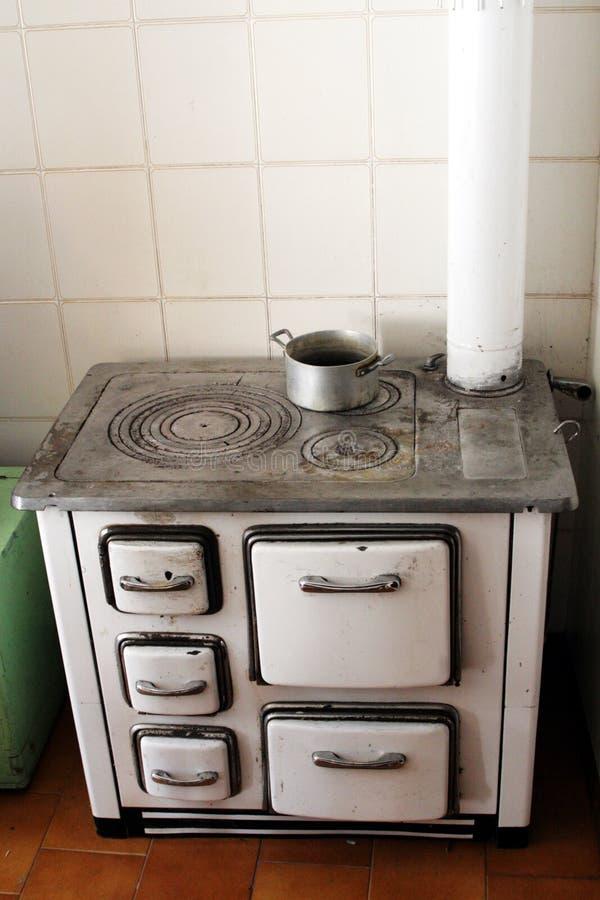 Estufa vieja para calentar el alimento en una casa en el - Calentar una casa ...
