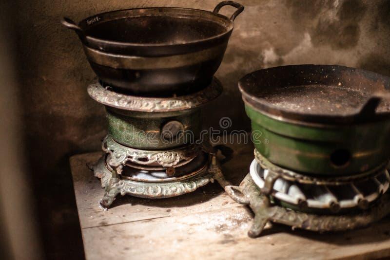 Estufas de aceite viejas del vintage encendidas en usar la parafina en una cocina auténtica con cualidades imagen de archivo libre de regalías
