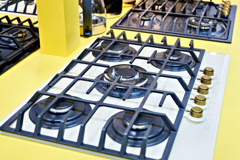 Estufas de gas en tienda de los aparatos electrodomésticos fotos de archivo libres de regalías