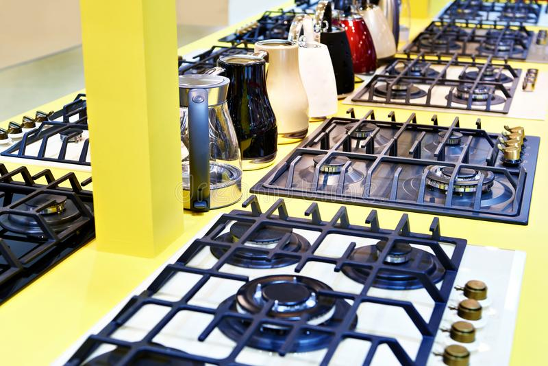 Estufas de gas y calderas eléctricas en tienda de los aparatos electrodomésticos imagen de archivo