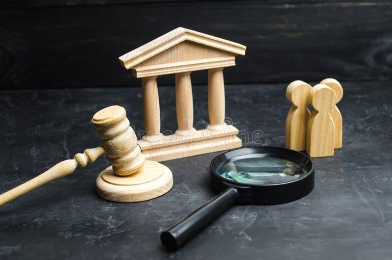 Estufas de un grupo de personas cerca de la lupa y del tribunal Pleitos, veredicto y cuentas Tribunal Constitucional Ri humano fotos de archivo libres de regalías