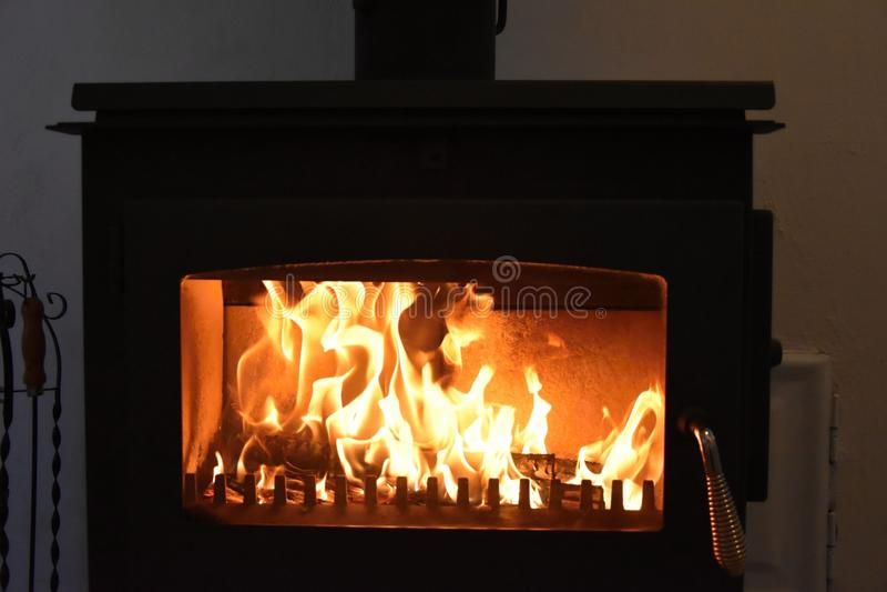 estufas Fuego ardiente en la chimenea fotos de archivo
