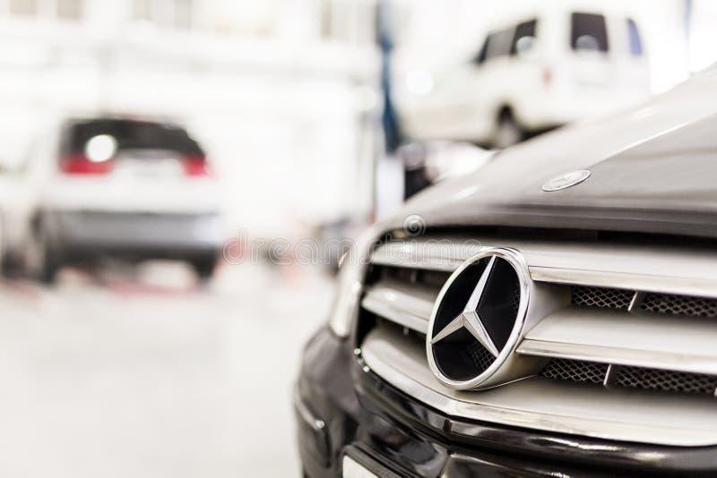 Estugarda, Alemanha - 12 de dezembro de 2017: Grade do carro de Mercedes-Benz do close-up na estação da manutenção Worksho do rep fotografia de stock royalty free