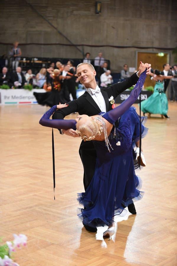 Estugarda, Alemanha - os pares de Adance em uma dança levantam durante o padrão do grand slam fotografia de stock