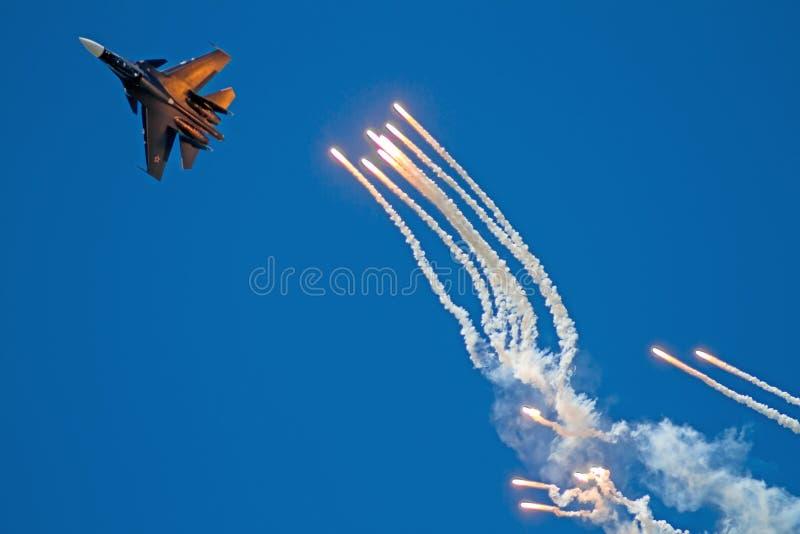 Estupendo-maniobrabilidad Su-30SM y contramedidas infrarrojas imagen de archivo libre de regalías