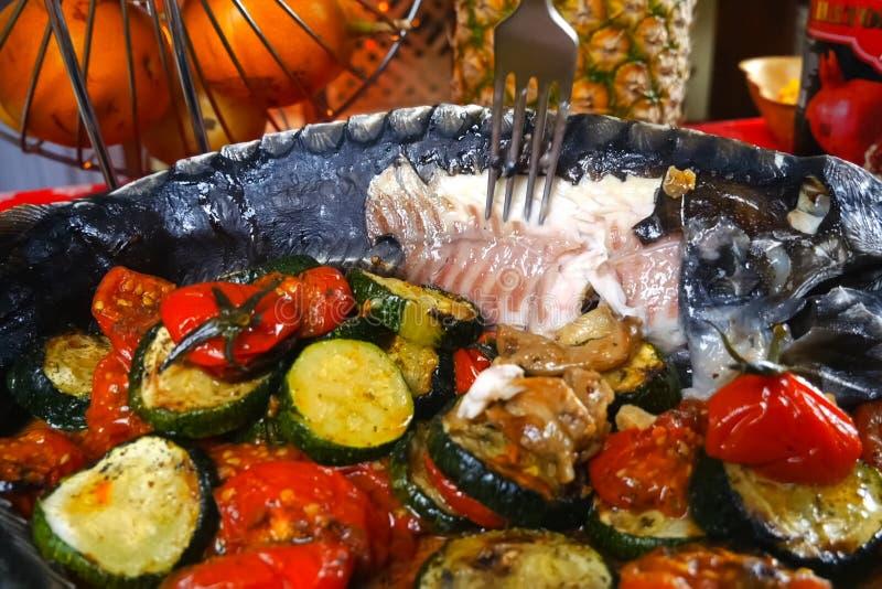 Esturjão cozido com vegetais Delicatessen sobre a mesa foto de stock royalty free
