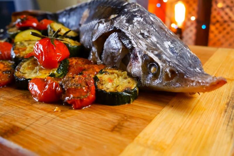 Esturjão cozido com vegetais Delicatessen sobre a mesa imagem de stock royalty free