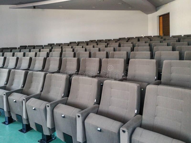 Esvaziar audiências preside anfiteatro na universidade ou sala de conferências para apresentações imagens de stock royalty free