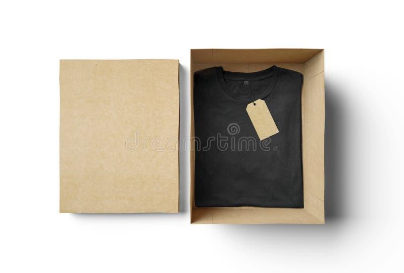 Esvazie a caixa isolada e o tshirt preto com etiqueta fotos de stock royalty free