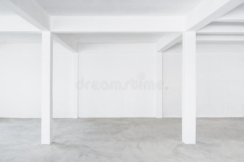 Esvazie a construção branca da parede do fundo interior do espaço do sótão fotos de stock