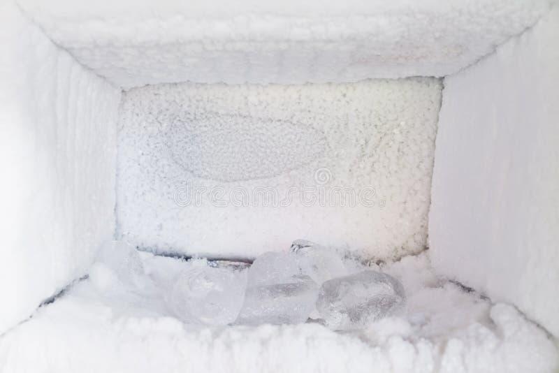 Esvazie de um refrigerador Acúmulo de gelo dentro das paredes de um congelador fotos de stock royalty free