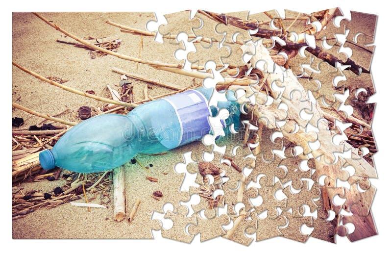 Esvazie a garrafa plástica verde abandonada na praia - imag do conceito imagens de stock