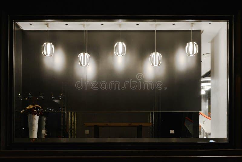 Esvazie a janela da loja decorada com droplight conduzido fotografia de stock royalty free