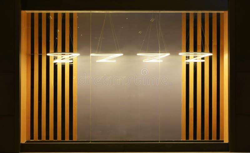 Esvazie a janela da loja decorada com droplight conduzido ilustração do vetor