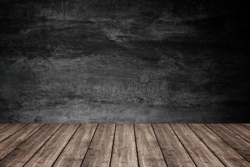 Esvazie o assoalho de madeira com fundo escuro do muro de cimento, para o produ fotografia de stock royalty free