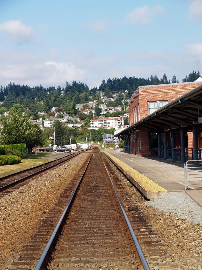 Esvazie o estado de Washington da estação do tijolo das trilhas do trem foto de stock