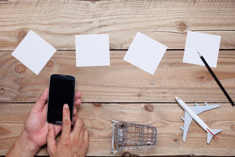 Esvazie o Livro Branco para seus textos, com smartph usado mão do negócio fotos de stock