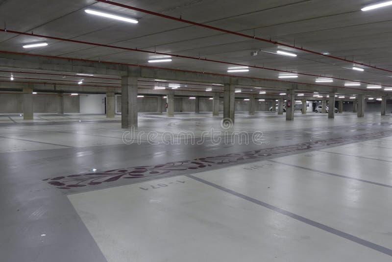 Esvazie o parque de estacionamento subterrâneo iluminado na noite imagem de stock royalty free
