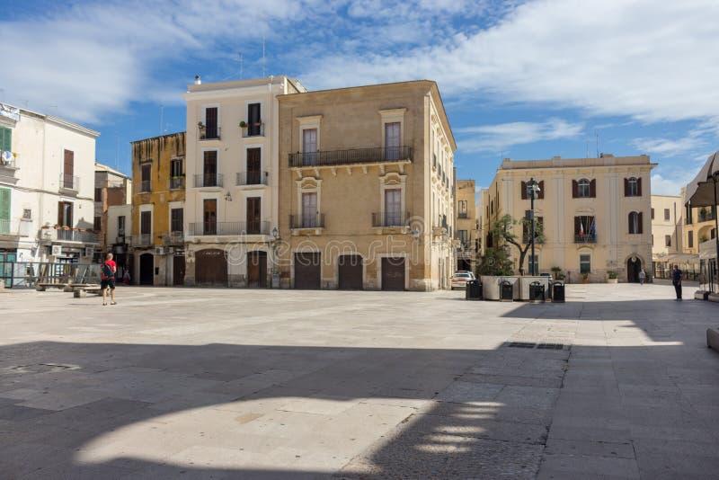 Esvazie o quadrado histórico na manhã em Bari, Itália Fundo italiano típico da arquitetura r fotos de stock royalty free