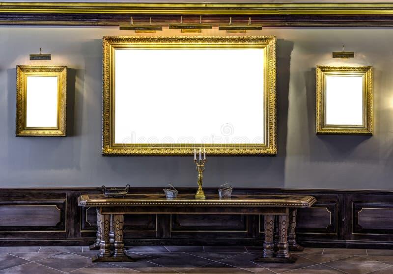 Esvazie o quadro dourado na parede no museu arcaico galão da casa senhorial fotografia de stock royalty free