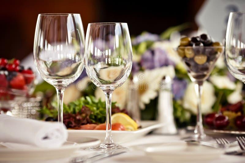 Esvazie os vidros ajustados no restaurante imagens de stock royalty free