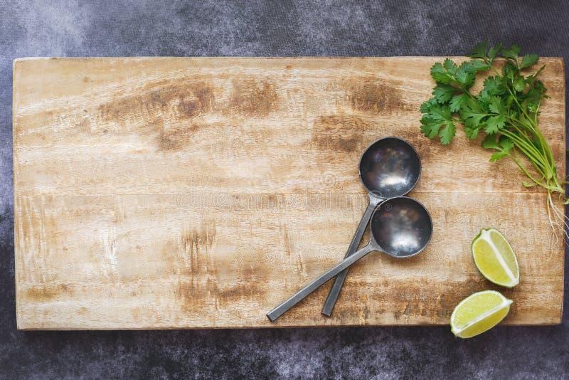 Esvazie a placa de corte de madeira, fundo culinário rústico foto de stock