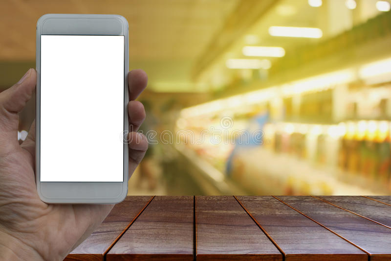 Esvazie a plataforma e a mão de espaço de madeira da tabela que guardam wi do smartphone imagens de stock royalty free