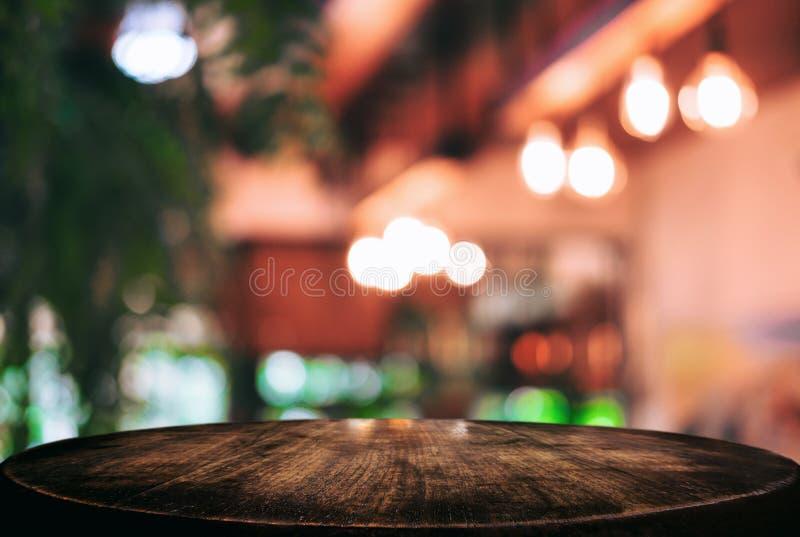 Esvazie a tabela de madeira e o fundo borrado do sumário no dianteiro imagens de stock