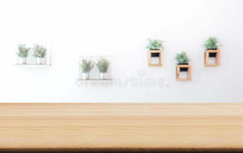 Esvazie a tabela de madeira e o fundo borrado do sumário no dianteiro imagens de stock royalty free
