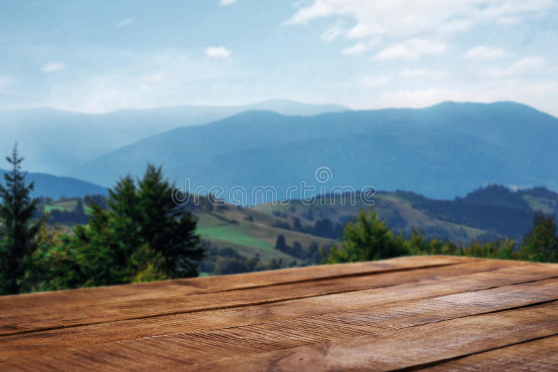 Esvazie a tabela de madeira no fundo das montanhas fotografia de stock royalty free