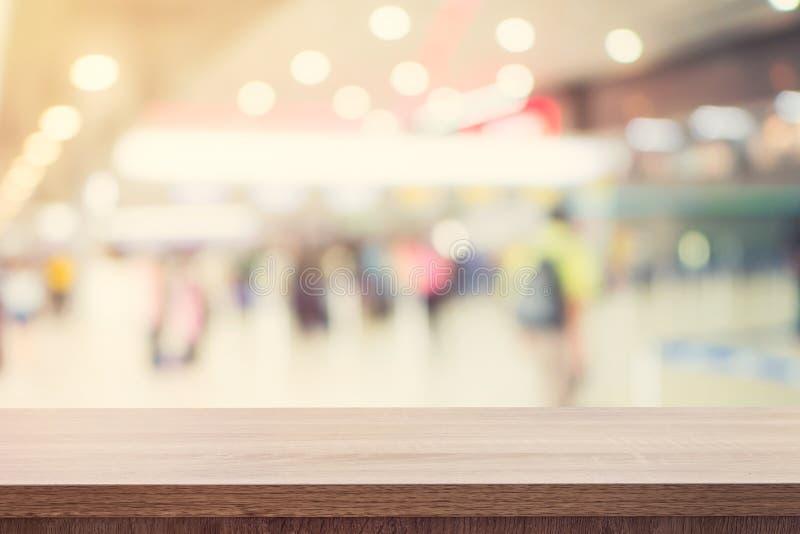 Esvazie a tabela de madeira para a colocação ou a montagem do produto e borrou-a fotos de stock