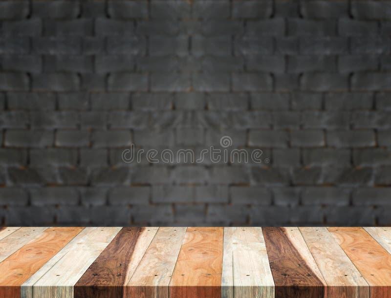 Esvazie a tabela de madeira tropical e o backgroun preto borrado da parede de tijolo foto de stock royalty free
