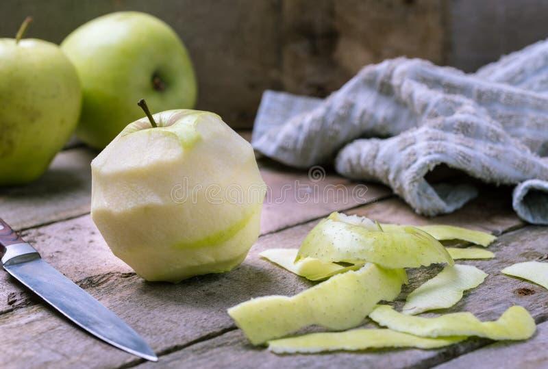 Esverdeie a maçã descascada no fundo de madeira rústico natural fotos de stock
