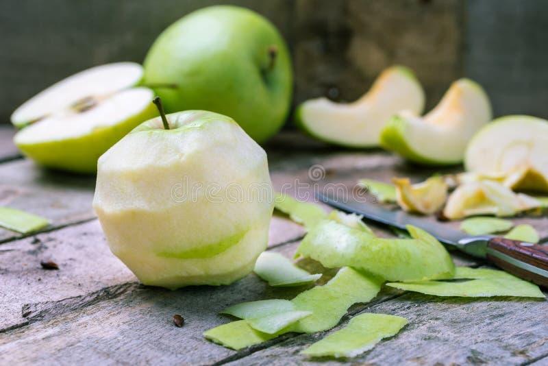 Esverdeie a maçã descascada no fundo de madeira rústico natural imagens de stock