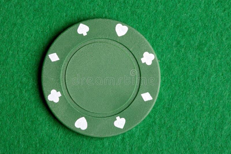 Esverdeie a microplaqueta do póquer foto de stock