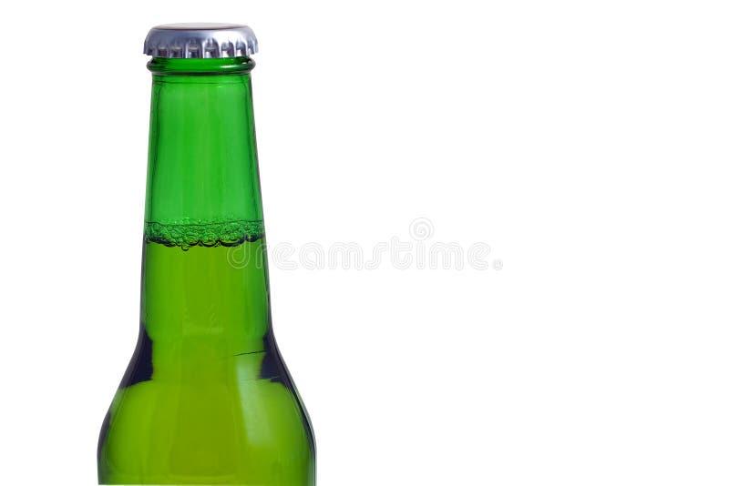 Esverdeie o frasco de cerveja isolado em um fundo branco imagem de stock