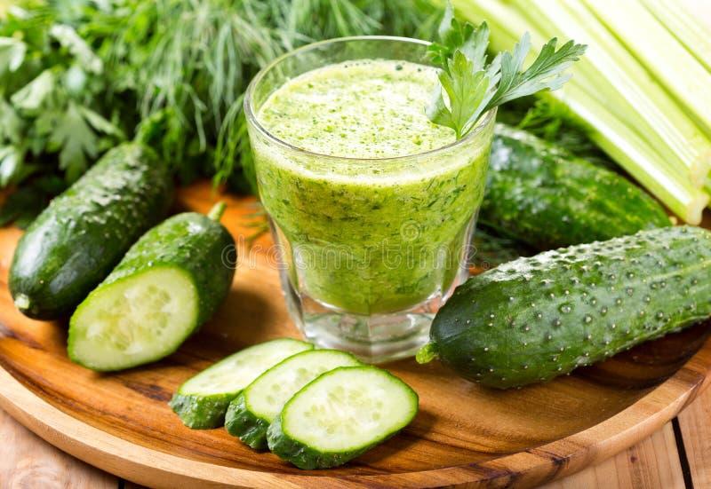 Esverdeie o suco vegetal imagens de stock royalty free