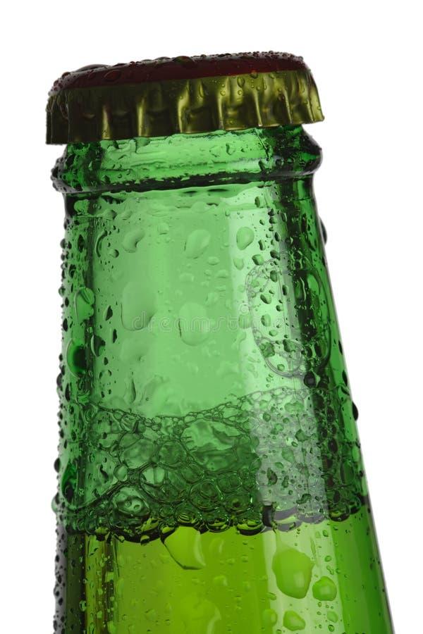 Esverdeie a parte superior do frasco de cerveja imagem de stock royalty free
